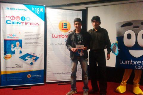 PRESENTACIÓN. Alumno ganador del ejemplar en sede Los Olivos.