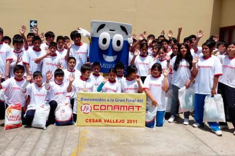PERSONAJE. Muñeco Lumbreras Editores alentó a los alumnos finalistas del 15°Conamat.