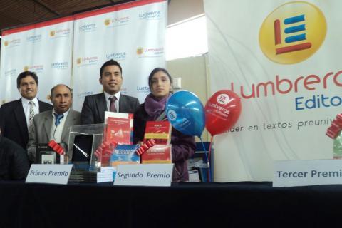 SORTEO. Representante del Ministerio del Interior y de Lumbreras Editores entregaron premios.